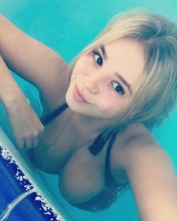 bikini-selfies:  What a view