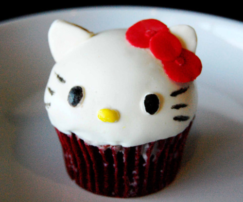 kawaiiful:  Hello Kitty Cupcake 3D (by Animated Cupcakes)