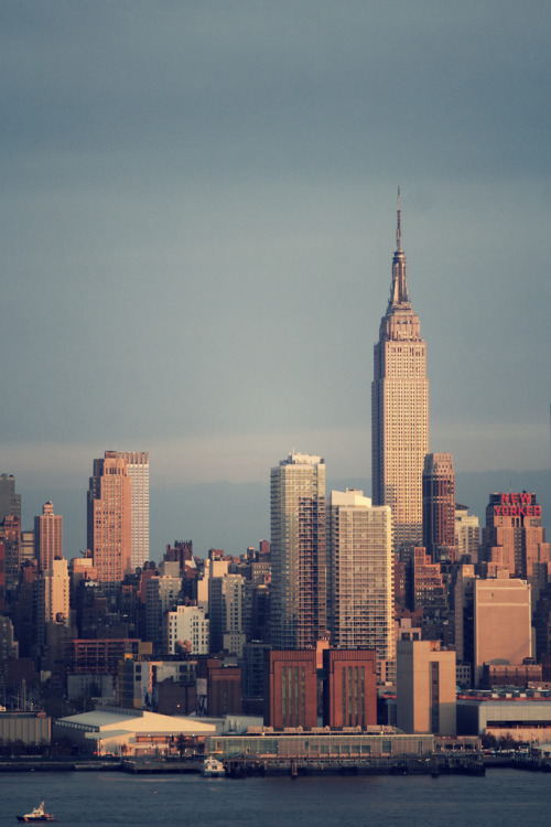 -clenchedteeth:  Empire State & New Yorker (by Neo - nimajus)