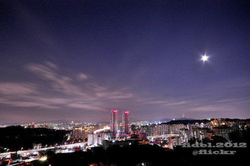 southkorealover:  full moon above Seoul city by fidel.2012 on Flickr.