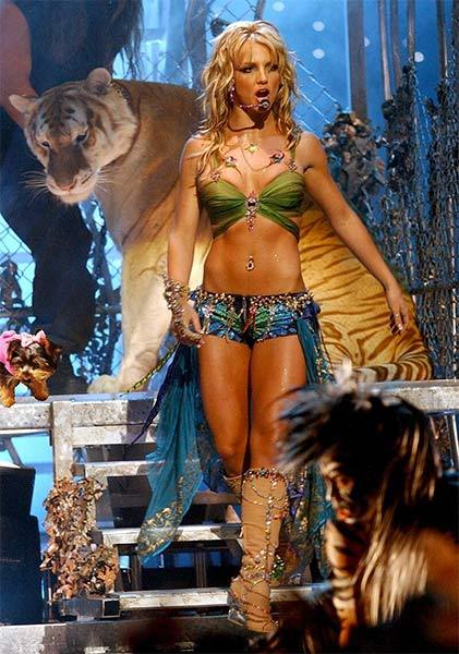 "Hannah tweeted photo of Britney from VMA 2001 performance.   ""Guys that tiger was so scary!!"""