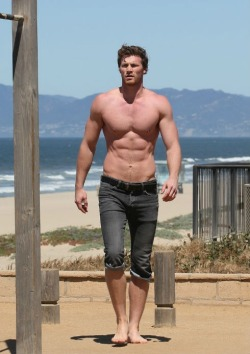 mancrushoftheday:  Photo: Derek Theler #muscle #abs  The Man Crush Blog / Facebook / Twitter