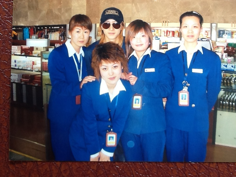 [Old photo ~2006] Han Geng and Harbin Taiping International Airport staff | cr: 花魂0815