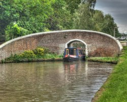 Beautiful Narrow Boat  Just Squeezing Through…….  ~ barco de canal na Inglaterra