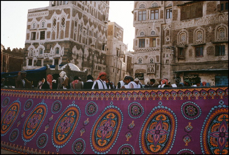 fotojournalismus:  Market in the central square in Sanaa, Yemen, 1992. [Credit : Nikos Economopoulos]