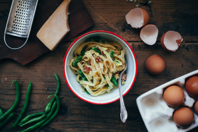 fettuccine carbonara with green beans.
