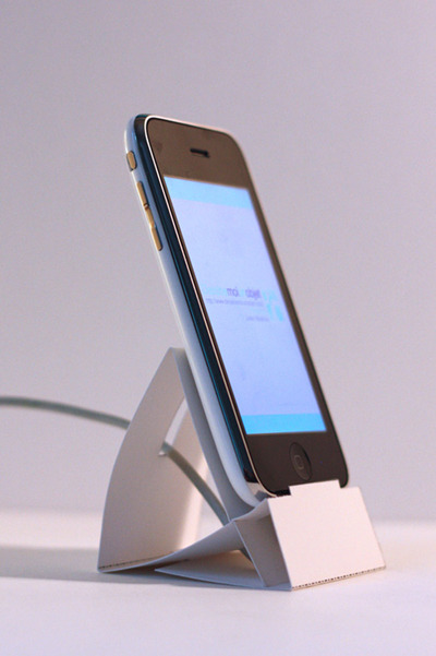 (via 25 DIY iPhone Docks And Stands | Bluefaqs)