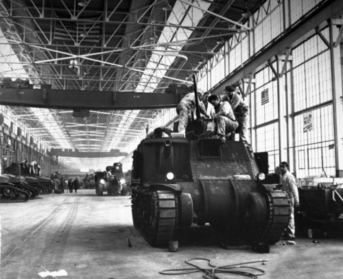 The final assembling of an M3 Lee tank at the Chrysler factory in Detroit, 1942