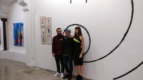 """Seleka y Laura Calvarro, directores de Delimbo Gallery, rodeando al artista norteamericano Momo, durante la inauguración de su exposición """"Wilderness"""" en este espacio único del Soho Benita."""