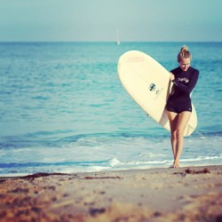 Surfer babe Jessica Snyder chats with us about her brand @mintclothingcompany #surfer #fashion #designer #readwearrepeat #twoandseven