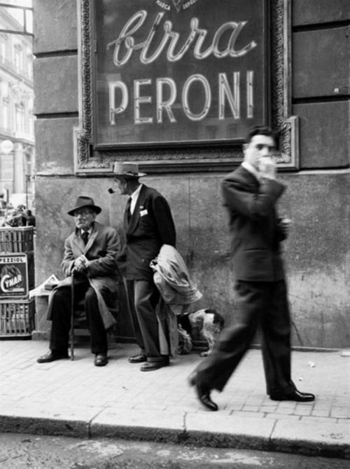 Mid-1950s Napoli. I shan't be getting over to Italy this year, much to my chagrin, and seeing this picture on another blog reminded me of the joy of being there. Next year, next year….magari!