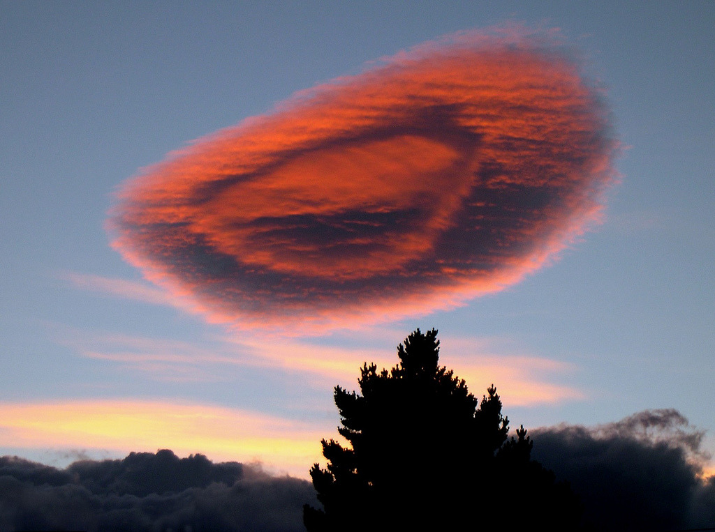 iheartmyart:  Chile Puerto Natales spectacular lenticular cloud at sunset (by Dave Curtis)