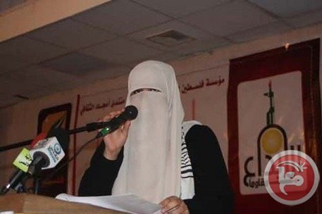 "Abu Dhabi competition excludes Palestinian veiled poet | Maan News Agency March 27, 2013 Gaza City (Ma'an) – A Palestinian veiled woman from the Gaza Strip refused to remove the veil from her face and was banned from a poetry competition in Abu Dhabi in the United Arab Emirates. Afaf Al-Hasasneh was accepted to participate in the competition and the judge chose her to move for the second phase of the competition but one of the judges had a condition that she had to remove the veil over her face, said the Palestinian literature union. The union said it respected Afaf's decision not to remove the veil. Afaf withdrew from the competition ""with dignity"" and flew back to the Gaza Strip, the union said. Copyright © 2013 Ma'an News Agency."