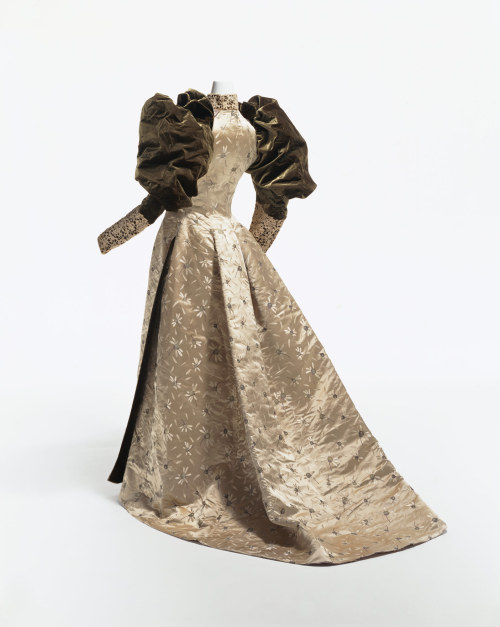 omgthatdress:  Evening Dress Charles Fredrick Worth, 1892 The Kyoto Costume Institute  Want