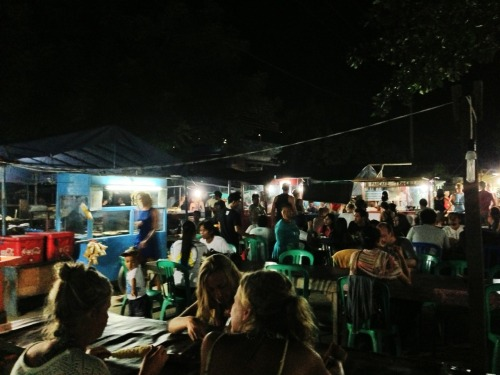 le-petit-aesthete:  Having our dinner at the local market at Gili Trawangan, where a meal costs less than Rp10,000. Authentic, scrumptious, and so unpretentious. Popular with all the budget surfers!  And even the non-surfers!! :)