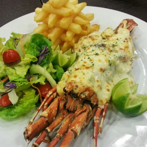 This Cheesy Baby Lobster at Pastamania! is quite a steal at B$13.90. Not out of this world delicious but it's good enough. I'll surely come back for this again. #giweats #bruneifoodies #lovefoodhatewaste #foodspotting #lobster #cheese #foodporn  (at PastaMania!)