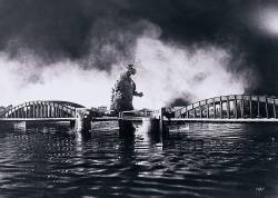 swampthingy:  Godzilla approaches the Kachidoki Bridge in 1954