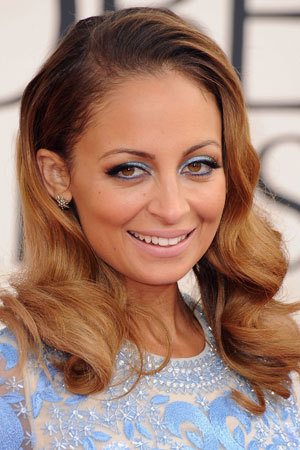 Talk about bold beauty! Learn how Nicole Richie created her stunning blue eye makeup look that is making us want to try colored eyeshadow asap.