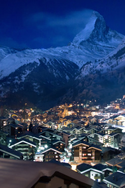 travelingcolors:  Zermatt at night | Switzerland (by Maria_Globetrotter)