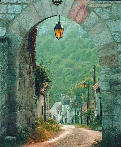 themagicfarawayttree:  Arched Entry, Dordogne, France