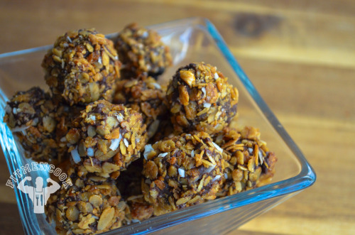 "Dark Chocolate & granola covered blackberries. (traduccion abajo) [[MORE]] Ingredients: cacoa semi-sweet chips (your preference of percentage of ""darkness"") blackberries (vegan) granola Instructions: Melt the chocolate chips in a bowl in the microwave or stove.  Do NOT boil the chocolate - simply soften the chips and continually stir them. Stick the blackberry with a wooden skewer or fork, and then dip them in the chocolate. Pour granola in a bowl or plate.  Roll the blackberry covered in chocolate in the granola. Place the blackberries on a wax sheet or plastic container and then place them in the refrigerator for at least 3 hours. Enjoy! Approx macros for ONE blackberry ball: 59 calories, 2g protein, 3g carbs, 3g fats  Moras cubiertas con chocolate oscuro y granola Ingredientes: virutas semi-dulces de cacoa  (su preferencia de porcentaje de ""oscuridad"") moras (vegan) granola   Instrucciones: Derretir el chocolate en un bol en el microondas o estufa. NO hervir el chocolate - simplemente suavizar las virutas y revolverlas continuamente. Pegar la mora con una brocheta de madera o tenedor, y luego sumergirlos en el chocolate. Verter granola en un tazón o plato. Rodar la mora cubierta en chocolate en la granola. Colocar las moras en una hoja de cera o de plástico y colocar en el refrigerador durante por lo menos 3 horas. Disfrutar! Macros Aprox para UNA mora cubierta: 59 calorías, 2g de proteínas, 3g de carbos, 3g de grasas"