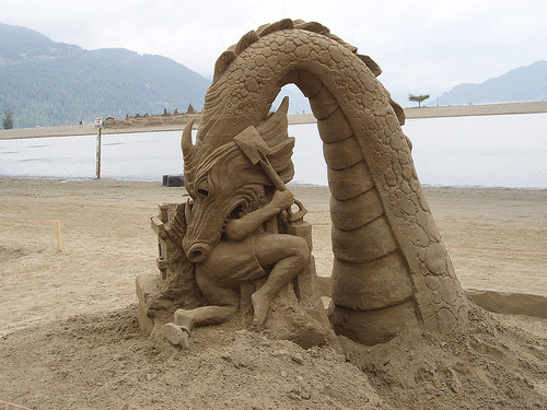 animekida:  Adorable Sand Sculpture of a lil kid getting eaten by a dragon 5 stars worthy photos - on phi stars - http://phistars.com/