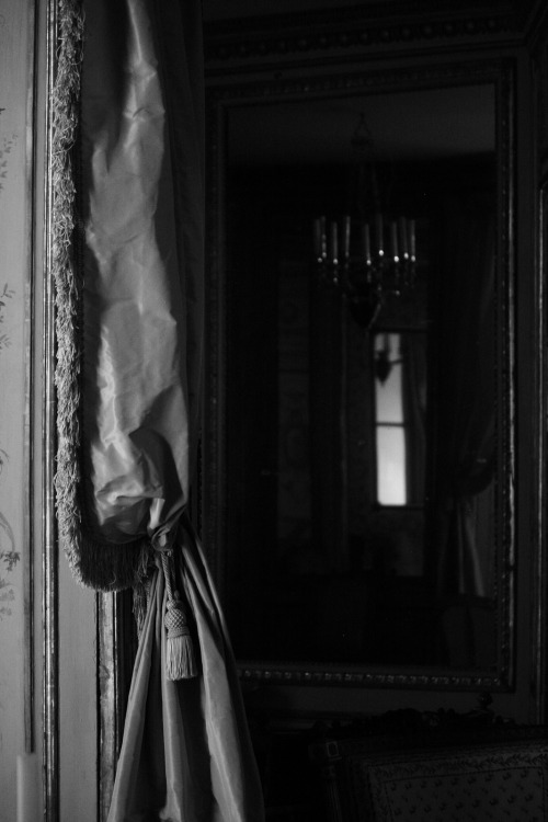 met period room, black and white
