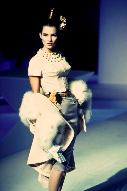 onemanshighfashionblog:  Kate Moss walking Thierry Mugler FW 95/96