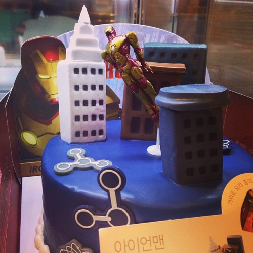 Is just a really awesome cake #ironman #marvel #parisbaguette #cake #iwanna #igx3 #c0m #gramfriends  (em Paris Baguette)