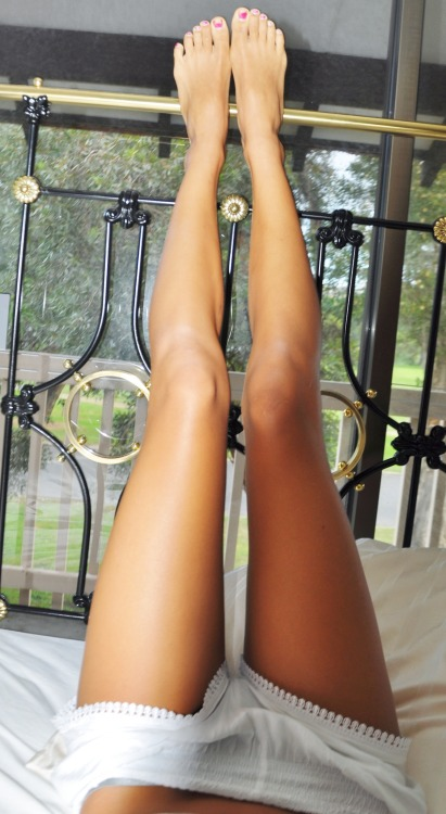 paaaryz:  freckled:  my lazy day in bed  perf legs <3