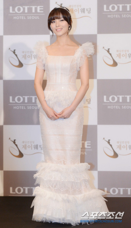 Sunye's wedding dress and members' bridesmaid dresses are designed by Korean wedding dress designer, Lee Myeongsoon.