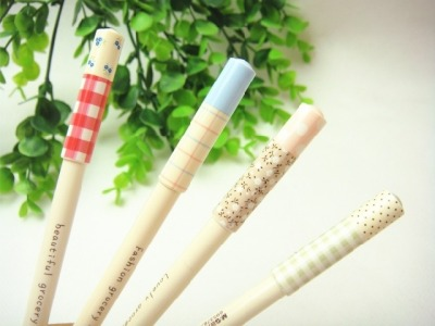 Zakka House Gel Ink Pens Designs(From left): Red Checks | Pastel Blue | Polka Floral | Green Stripes Type: Gel Ink Pens Length: 14.5cm Black Ink: Red Checks | Polka Floral | Green Stripes Blue Ink: Pastel Blue  0.5mm tip {papire}. loves this!  SGD$1.80 each  Detail: