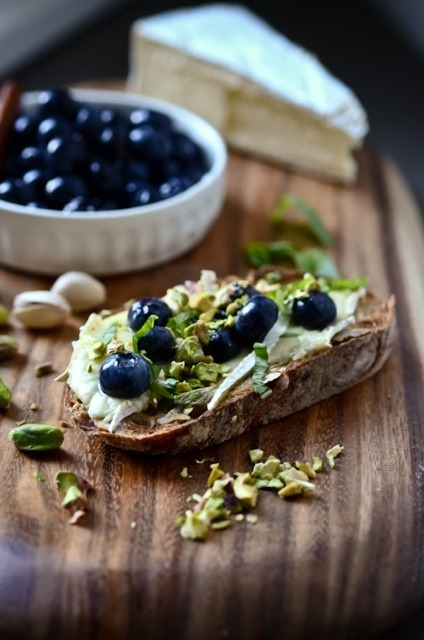 squaremeal:  (via edibles and potables / brie, pickled blueberry & pistachio crostini)