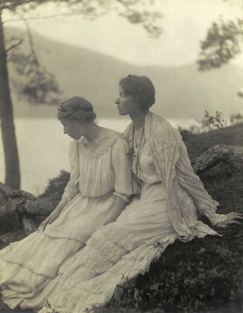 lauramcphee:  Untitled, [Two Women Under a Tree], 1910 (Alice Boughton) From Truth Beauty: Pictorialism and the Photograph as Art, 1845-1945, photos from the George Eastman House at the Phillips Collection, 2010. (Gallery here)