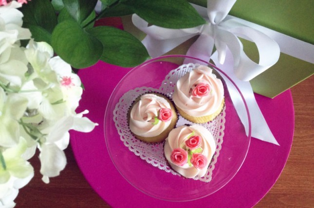 So pretty! Give your basic cupcakes a serious upgrade with these beautiful rose cupcake toppers. Learn how.