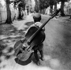 inritus:  Gypsy boy with cello, Hungary, 1931. Photographed by Eva Besnyö.