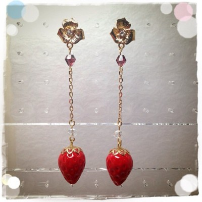 Do you like it~? 🍓 #handmade #handcraft #jewelry #earrings #strawberry #strawberries #cute #kawaii #accessories #clay #resinclay #sweetdeco  #sweet #fakesweet #fakefood #fruit #fruits #juicyred