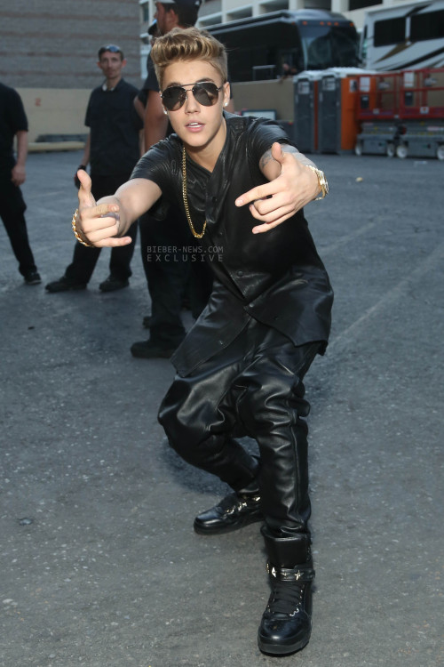 bieber-news:  (HQ) Another picture of Justin backstage at the Billboard Awards.Find more here.