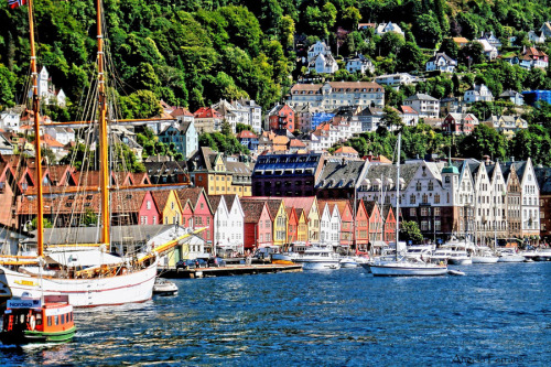 seqwa:  vacilandoelmundo:  Bergen, Norway  Can there be too many pics of this?  Never.