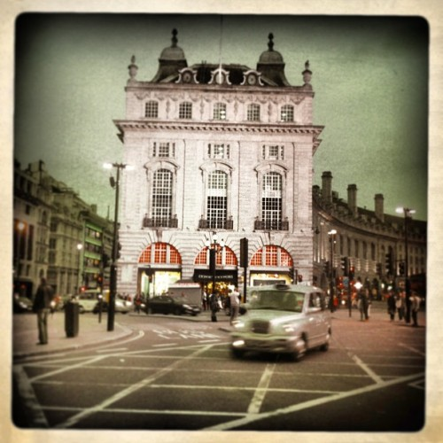 #piccadilly #london #street #streetphoto #cab #lategram #hipsta #hipstamatic #mood #colorful #colors #amazing #british #sight #building #crossing