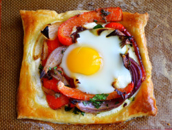 emigetsfit:  red pepper and baked egg galette