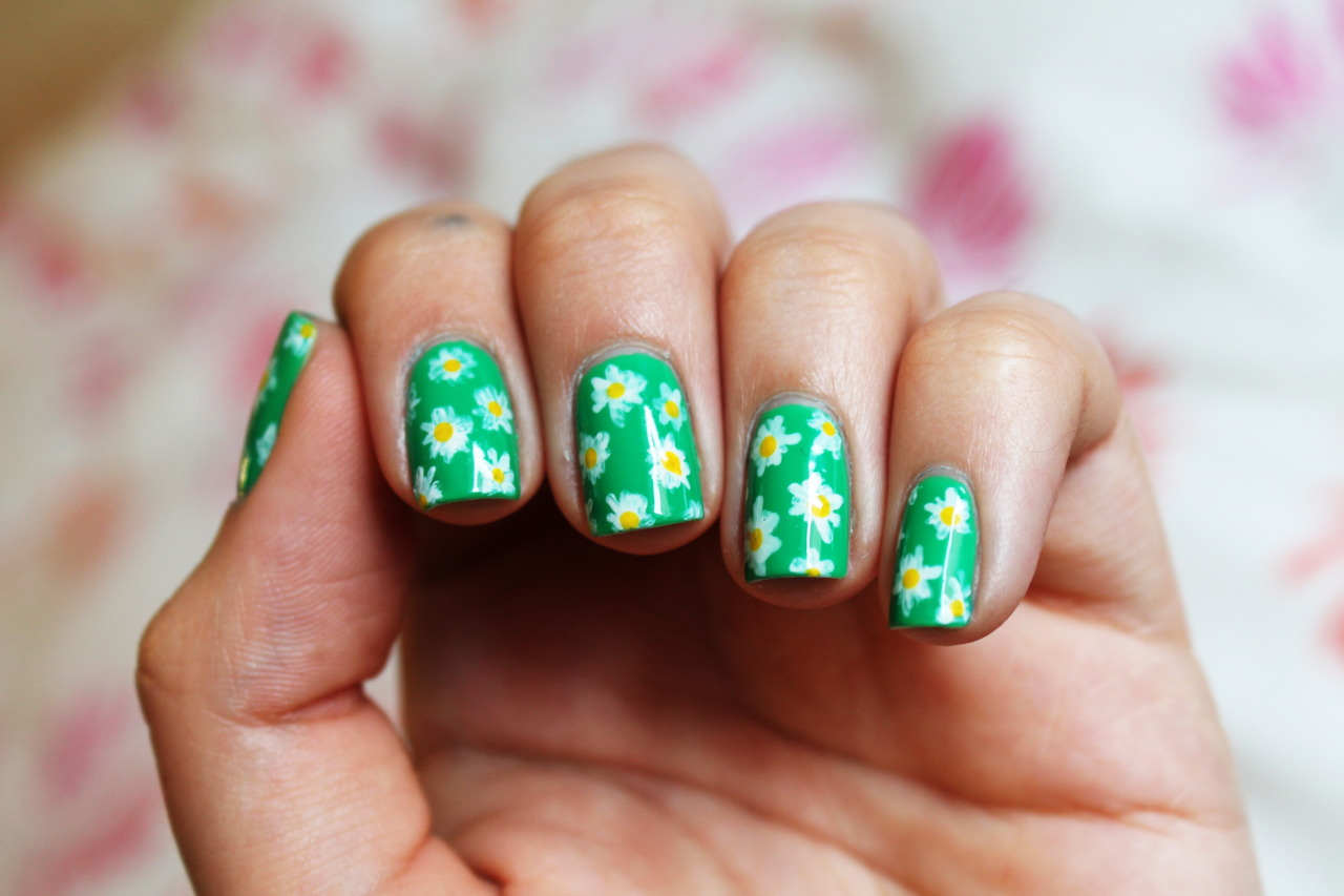 nailpornography:   Abstract daisies!  beautiful submission by nightsgather