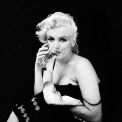 MM has such a simple and effortlessly looking sexyness about her.