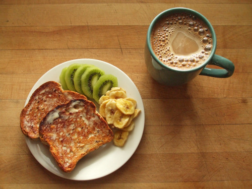 garden-of-vegan:  multigrain toast with earth balance, sliced kiwi, and banana chips, coffee with soy milk