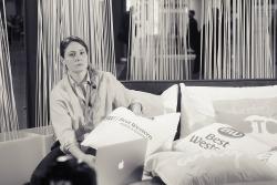 La ragazza che lavora a letto