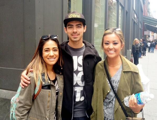 Joe Jonas - Just roaming in my city and I see my favorite boy @joejonas w his beauty blanda!! @maris