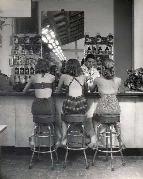fewthistle:  You Call Everybody Darlin'. Atlantic City. 1948. Photographer: Nina Leen