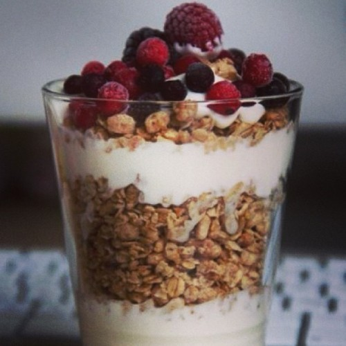 #breakfest #healthy #granola #fruits #fresh #yogurt #parfait #indulge #instagood #picstich #igdaily