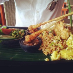 """Nasi goreng chicken"" —Indonesian fried vegetable and noodle served with satay, scrabble egg, balinese vegetable and sambal. #food #foodporn #balinese #bali #travel #indonesian #chill #hipster #fresh  (at Olip's Restaurant Bali)"