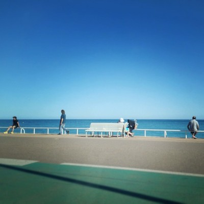 #riviera #nice #promenadedesanglais #cotedazur #sea #méditerrannée #bench #people #walking #sitting #south #bluesky #igersfrance #tribegram  (à PROMENADE DES ANGLAIS 49)